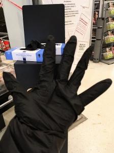 スーパーの入口に置いてある使い捨ての手袋