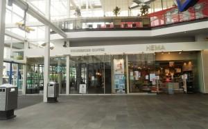 駅構内のスターバックスは6月から営業再開、隣の雑貨店〈HEMA〉はずっと営業を続けている