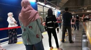 入店前に社会的距離を置いて並ぶ人の長蛇の列