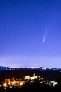 ネオワイズ彗星とモントットーネ村
