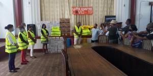 ソマコワ職員による同社所在県代表への支援物資の贈呈式