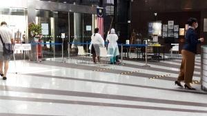 クアラルンプール市内の病院の入り口における登録と体温チェック設備