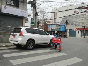 医療関係者や食料品運搬業者は通行できるが、警察の車両チェックあり