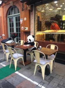 飲食店の店内店頭での飲食が解禁になった3月頃の様子。パンダは中国人観光客に戻って来てほしいという気持ちの表れでしょうか