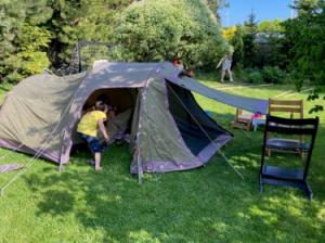我が家の庭テント。お天気の良い日にはテントで寝ています
